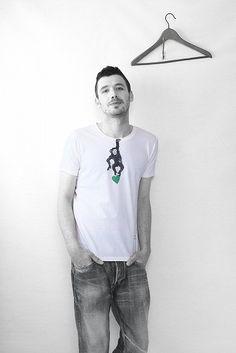 首元から可愛いお猿さんがぶら下がっているデザインがとってもキュートなTシャツ。
