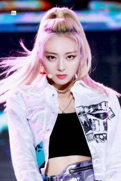 Yuna - 191019 2019 Busan One Asia Festival Kpop Girl Groups, Korean Girl Groups, Kpop Girls, Jin, Best Kpop, Fandom, Summer Baby, New Girl, South Korean Girls