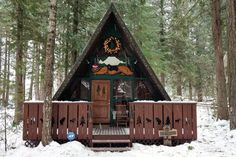 Maison à Packwood, États-Unis. Coal Creek Cabin is a lovely A-frame cabin that is the perfect retreat for a romantic getaway. You'll be able to cozy up and rest in the quiet wooded surroundings. This cabin is within walking distance to Coal Creek and the Cowlitz River. -Two...