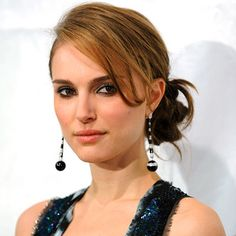 Natalie Portman a de beaux cheveux. Party Hairstyles, Summer Hairstyles, Wedding Hairstyles, Cool Hairstyles, Beautiful Natalie Portman, Celebrity Short Hair, Lunch Boxe, Head Band, Hairstyles For Round Faces