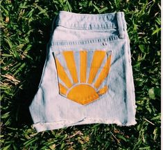 Hand painted sunshine shorts by me ☀️ perfect for spring break and the summe. - clothes Hand painted sunshine shorts by me ☀️ perfect for spring break and the summe. Painted Shorts, Painted Jeans, Painted Clothes, Hand Painted, Diy Clothes Paint, Diy Shorts, Diy Jeans, Diy Clothing, Custom Clothes