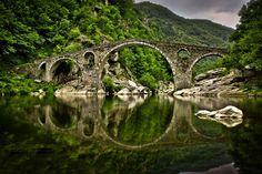 The devil's bridge, Rhodopi Mountain, Bulgaria No mundo das fadas, até a Ponte do Diabo é bonita!