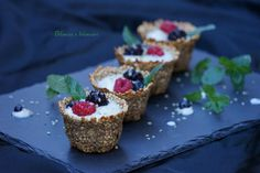 Cestini ai fiocchi di miglio ripieni di yogurt frutti di bosco e profumati alla menta fresca. Perfetti per un colorato e leggero dessert vegan