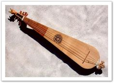 Lorigine des guiternes est floue, et peut être rapprochée soit des rebabs aux cordes frottées dorigine arabo-andalouse, soit des luths carolingiens et romans1.  La guiterne est un instrument populaire durant le XIVe siècle, elle est mentionnée par Guillaume de Machaut dans La prise dAlexandrie « Leüs, moraches et guiternes/ Dont on joue dans les tavernes ».   Elle est restée en usage jusquau début du XVIe siècle siècle où elle a été remplacée par la guitare (à éclisses).