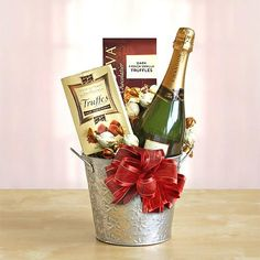 Silver Star Domaine Chandon ~ Silver and exquisite! What better way to bring someone joy than with this beautiful and dazzling gift of Domaine Chandon and chocolate! Champagne Gift Baskets, Wine Gift Baskets, Champagne Gifts, Basket Gift, Hostess Gifts, Holiday Gifts, Wine Christmas Gifts, Cadeau St Valentin, Christmas Baskets