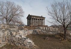 Dedicado a Helios , o deus romano do sol , o templo Garni em Arménia foi construído pelo rei arménio Trdates I, no século 1 dC . A construção foi financiada com dinheiro provavelmente o rei recebeu do imperador romano Nero , em troca de apoio militar contra o império parta . O Templo Garni contém 24 colunas jônicas que descansam em um pódio elevado e ao contrário de outros templos greco-romanas , ele é feito de basalto.