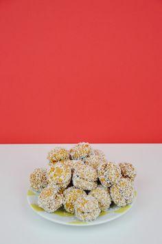DOLCETTI PER SAN VALENTINO Dolcetti per San Valentino - Baci di dama rivisitati! Amaretti+Nutella+Farina di cocco+caffè - Valentine's day dessert. Coconut floar+nutella+coffee+biscuits ©Gucki.it