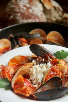 cioppino seafood stew with bread Seafood Stew, Fresh Seafood, Salmon Dishes, Fish Dishes, Cioppino Recipe, Little Neck Clams, Mexican Shrimp, Fish And Chips, Italian Dishes