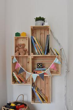 Prateleira de madeira DIY Ikea Hack com Knagligg - Diy Wooden Shelves, Wooden Diy, Baby Room Furniture, Diy Furniture, Baby Nursery Diy, Safari Nursery, Diy Kallax, Nursery Bookshelf, Diy Regal