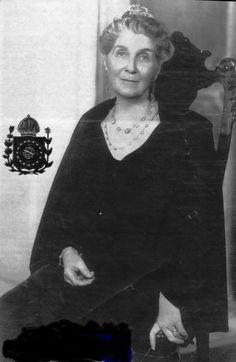 Foi a esposa de Pedro de Alcântara de Orléans e Bragança, príncipe do Grão-Pará, filho da última princesa imperial do Brasil, Isabel de Bragança, e do príncipe imperial consorte, Dom Gastão de Orléans, conde d'Eu, e, portanto, neto do último imperador do Brasil, Pedro II, e bisneto do último rei de França, Luís Filipe I de Orléans.