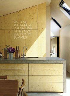 Kitchen plywood and concrete | Keuken met betonnen blad en vurenhouten fronten en achterwand