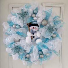 Deco Mesh Crafts, Wreath Crafts, Diy Wreath, Holiday Crafts, Wreath Ideas, Wreath Making, Tulle Wreath Tutorial, Christmas Mesh Wreaths, Christmas Decorations