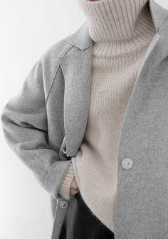 Sandfarbener Strickpullover: Weit geschnitten und mit Rollkragen. Hier entdecken und shoppen: http://sturbock.me/E1B