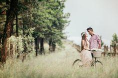 Para celebrar esse novo passo ruma a vida a dois para sempre eles decidiram fazer uma e-session cheia de romance, com muito verde e com direito a bicicleta!