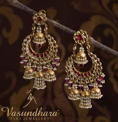 This beautifully carved earring from #VasundharaFineJewellery is an exquisite work of art which would add a touch of elegance to your outfit. #bridaljewellery #jadaujewellery #realjewellery #goldjewellery