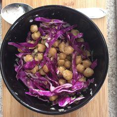 Salada de repolho roxo com grão de bico