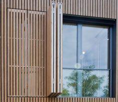 Bei einem Wohnhaus in der Nähe von München wurde zur besseren Steuerung des Vergrauungsprozesses von Holz künstlich nachgeholfen.