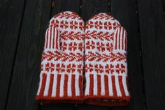 Chiliflingan: Sommaräng a. Knit Mittens, Knitted Gloves, Wrist Warmers, Knitting Stitches, Needlework, Free Pattern, Red And White, Summer, Color