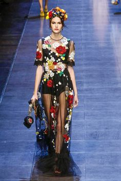 Dolce Gabbana Fashion Show Ready to Wear Collection Spring Summer 2016 in London Couture Mode, Couture Fashion, Runway Fashion, Live Fashion, Fashion Show, Dolce And Gabbana 2017, Fairytale Fashion, 2016 Fashion Trends, Spring Summer 2016