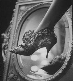 A História do Sapato: Proteção para os pés que virou artigo de luxo    O sapato inspira poder, dentre os acessórios femininos, é um dos que mais atrai as mulheres. Como nasceu este artigo que deixa mulheres apaixonadas por todo o mundo?