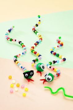 With pipe cleaners and beads you can make the cutest snakes ever! This is a perfect craft for fine motor skills training. Check out how make these pipe cleaner snakes and other fun craft ideas for kids on our website. Yarn Crafts For Kids, Spring Crafts For Kids, Toddler Crafts, Diy Crafts For Kids, Pipe Cleaner Crafts, Pipe Cleaners, Craft Box, Craft Ideas, Barn Crafts