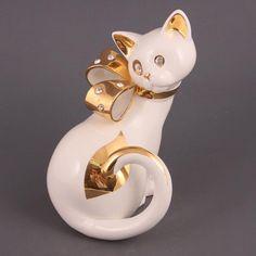 Фигурка кошка белая высота=20 см. Страна: Китай Бренд: Hangzhou Jinding Материал: Фарфор Код: 647500 Цена: 1,430 руб.