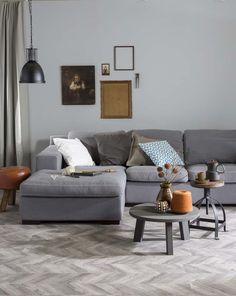 KARWEI | Voor een rustige basis kies je de vloer en muurverf binnen hetzelfde kleurpalet  #wooninspiratie #woonkamer #karwei