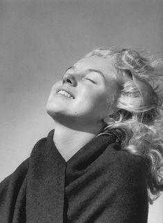 Nós estamos acostumados a ver fotos deMarilyn Monroe sendo simplesmente diva e exalando sensualidade. Mas antes da fama, ela era apenas menina de20 anos, com o nome deNorma Jeane Dougherty. O início desta transformação começou quando Norma (ou Marilyn?) conheceu o fotógrafoAndré de Dienes, em 1945.  Não demorou para que os dois fi...