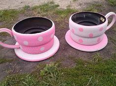 Decorazioni da giardino a forma di tazze con pneumatici decorati