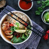 Image: ASIATISK NUDELSUPPE MED KYLLING Thai Red Curry, Ramen, Yummy Food, Japanese, Treats, Dinner, Ethnic Recipes, Noodle Soup, Spinach