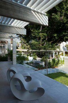 Schaukelstühle als Möbel für draußen mit organischem Design