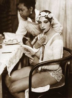 Josephine Baker in the dressing room of the Johann Strauss Theatre in Vienna. American-born French dancer, singer, and actress.the first African-American female to star in a major motion picture, Zouzou to integrate an American concert hall,[ Josephine Baker, Louise Brooks, Viejo Hollywood, Old Hollywood, Hollywood Glamour, Roaring Twenties, The Twenties, Burlesque, Fotografia Retro