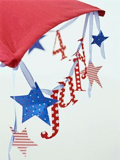Independence Day Garland...simple and festive!  I love the idea of hanging it off of a patio umbrella or on tree branches!