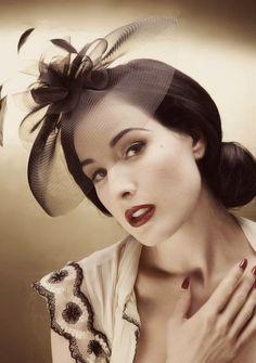 He elegido a Dita para esta entrada porque fuera de las familias reales, es una de los personajes conocidos que más usa sombreros en su vida...
