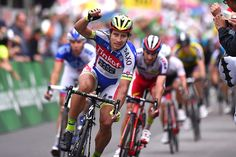 2015 Tour de Suisse, stage 3: Sagan wins Peter Sagan (Tinkoff-Saxo) stayed up front late in the stage, navigated a technical finish, and took the victory on stage 3.