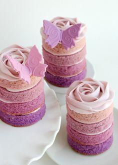 ausgefallene kuchen rosanuancen mehrere schichten schmetterlinge