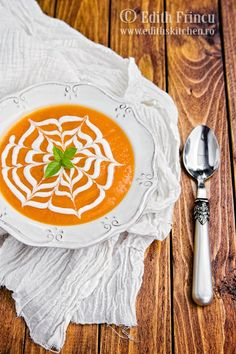 Supa crema de dovleac, cu dovleac, ceapa, ardei gras si putin ghimbir. Totul ornat cu iaurt. Romanian Food, Romanian Recipes, Dukan Diet, Thai Red Curry, Cooking, Healthy, Ethnic Recipes, Traditional, Drink