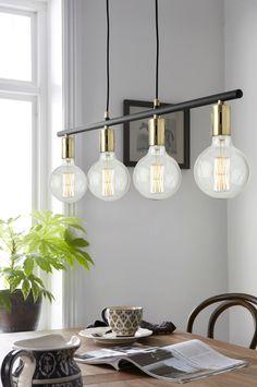 """Loftlampe af blank og mat metal med fire fatninger. Lampens længde 90 cm, højde 12 cm. To ledninger, ledningslængde ca. 120 cm. """"Loftstik"""". Stor sokkel, 4xE27. Maks. 40 W. Lyskilde medfølger ikke. Forskellige typer af lyskilder kan have stor indflydelse på lampens stil og udseende. Prøv dig frem til dit eget udtryk! OBS! Nogle loftlamper/pendler leveres med svensk """"loftstik""""som ikke kan benyttes i Danmark. Stikket klippes af og ledningen tilsluttes direkte i roset (lampeudtag) eller mon..."""