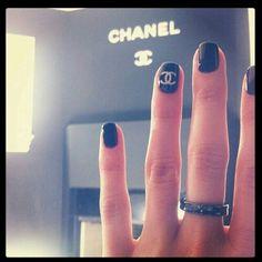 Inspiração de unhas mega estilosas Chanel. Blog Com Estilo Único, www.comestilounico.com.br