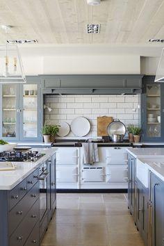 Simple Farmhouse Kitchen Cabinets Makeover Inspirations - Home Decor Ideas Farmhouse Kitchen Cabinets, Modern Farmhouse Kitchens, Kitchen Cabinet Design, Interior Design Kitchen, Home Kitchens, Farmhouse Style, Kitchen Designs, Kitchen Island, English Farmhouse