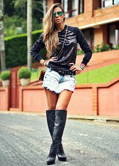 Look do dia com short saia jeans , moletom feminino paetê e botas ovre the knee