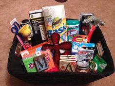 Housewarming basket: the basics plus a few personal touches, but not too many in case tastes don't blend. Easy Gifts, Love Gifts, Creative Gifts, Homemade Gifts, Basket Crafts, Gift Baskets, Housewarming Basket, Housewarming Party, Silent Auction Baskets