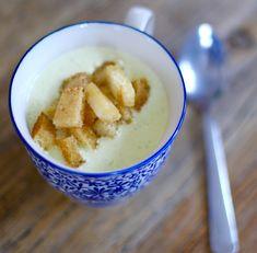 En vämande kopp med potatis- & purjolökssoppa blev det till lunch idag. Med hemmagjorda krutonger. Vad åt du själv till lunch idag? Vill du göra soppan helt vegetarisk så väljer du en grönsaksfond. Det här behöver du till 2 portioner: 4 medelstora potatisar 1 finhackad purjolök 3-4 dl vatten 2 … Läs mer