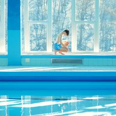 The Slovakian photographer Maria Svarbova pushes her obsession for swimming pools a bit further with her new series of pictures titled SNOW POOL. The artist con Narrative Photography, Color Photography, Portrait Photography, Travel Photography, Blue Aesthetic, Aesthetic Photo, Aesthetic Pictures, Amsterdam Photography, Photo Series