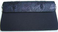 Carteira nellfernandes trapézio em crepe preto e aba em tecido metálico
