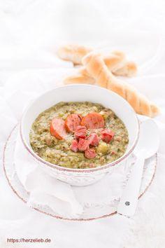 Suppen Rezepte: Grünkohlsuppe ist ein typisch norddeutsches #Rezept. #deutsch #foodblog #herzelieb