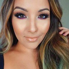 Oranje, bruin en witte oogschaduw en onder de ogen een paarse tint. Afgewerkt met nude lippen, mooie matte bronzer en een glanzende highlighter.