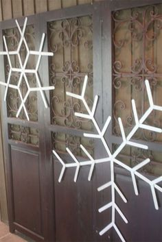 Giant Popsicle Stick Snowflakes  @Joyce Novak Johnson these would be perfect for the Winter Social!