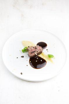 Hirschrücken sous-vide mit Schokoladenpfeffer und Selleriepüree