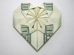 coeur décoré. Origami à partir d'un billet de banque